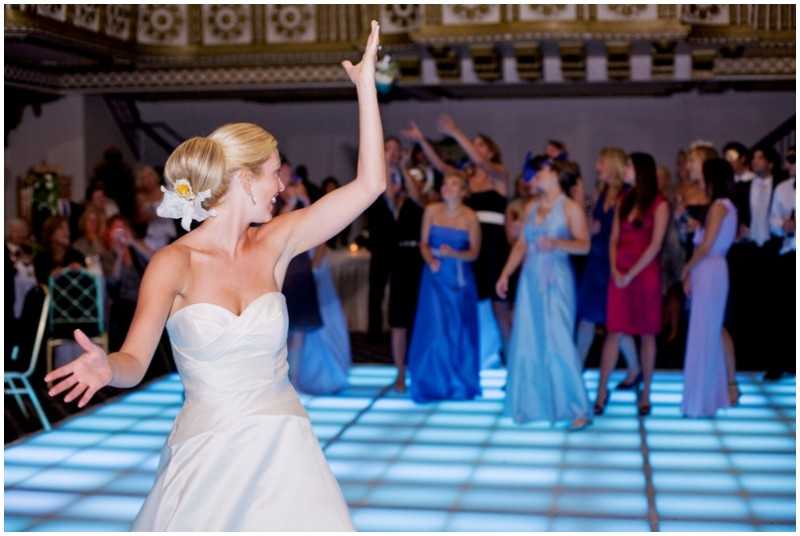Jeannie tossing the bouquet