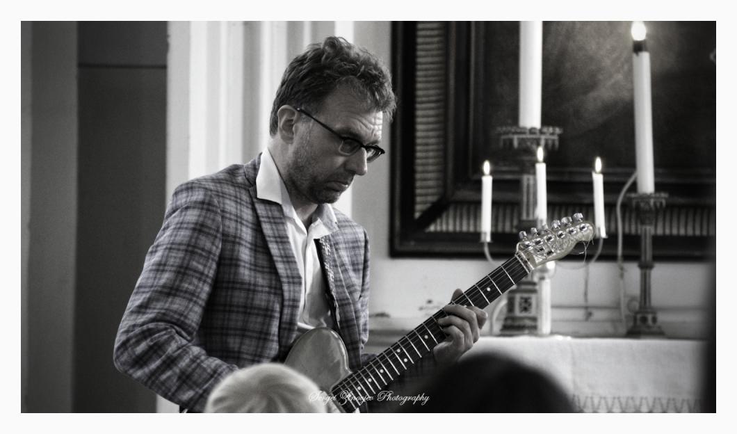 Jaak Sooäär playing guitar
