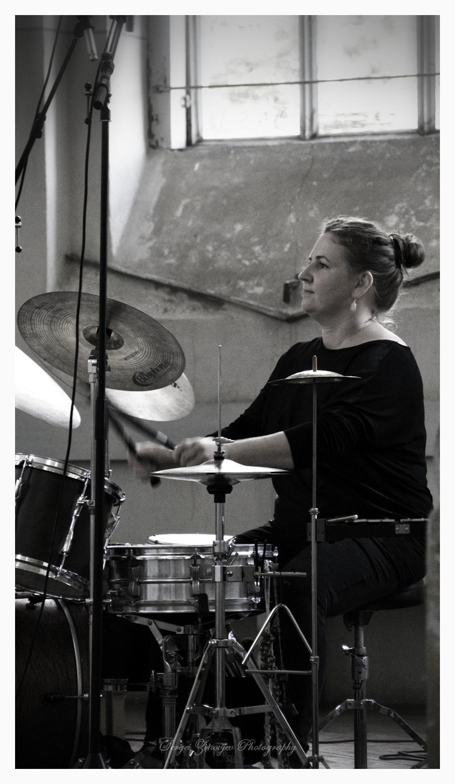Aleksandra Kremenetski playing drumms