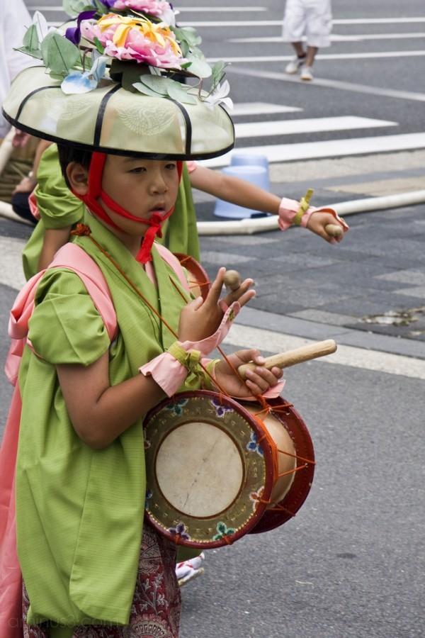 A boy marching with Shijokasa Boko