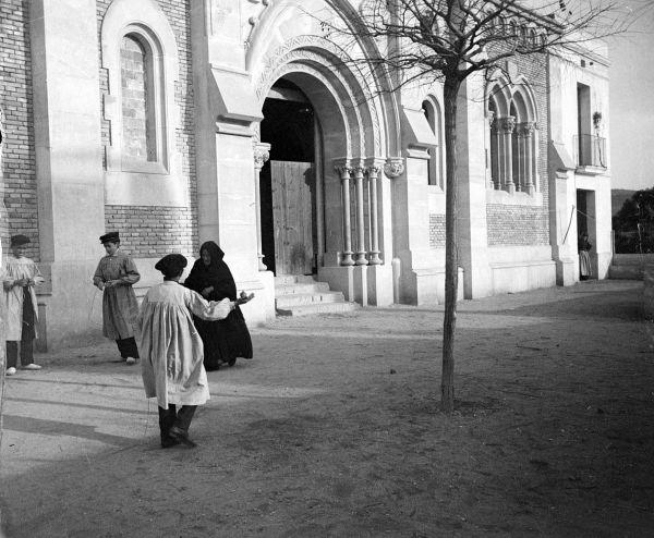 Jugant amb les baldufes fora de l'església