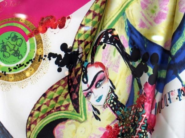 Foulard coloré détail