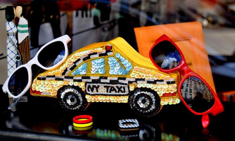 Taxi jaune new-yorkais et reflet parisien