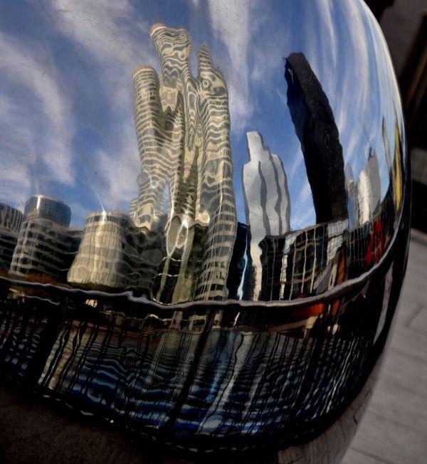 Reflets sur une sculpture de la Défense