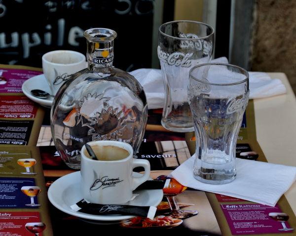 Cafés et verres d'eau