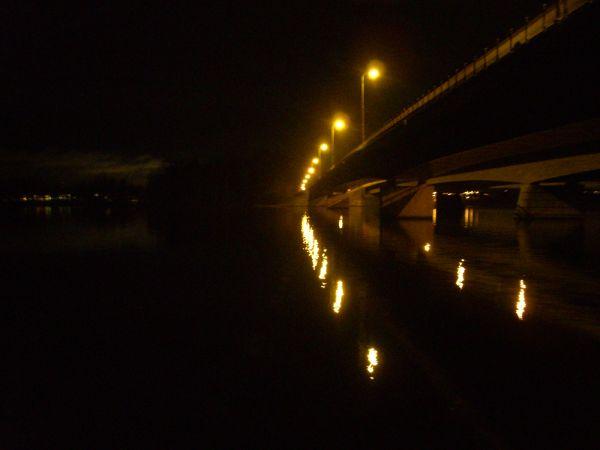 ranta ja silta yöllä