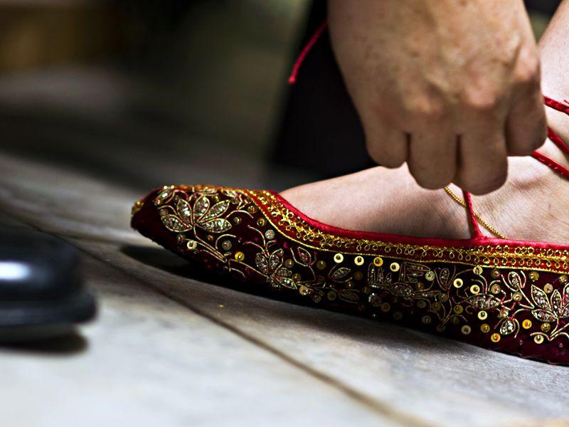 Tying shoe laces