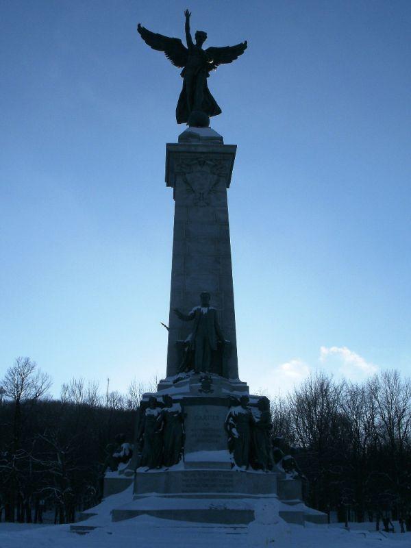 Statue / ave du Parc