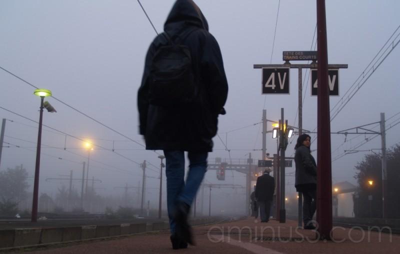 sur le quai de la gare