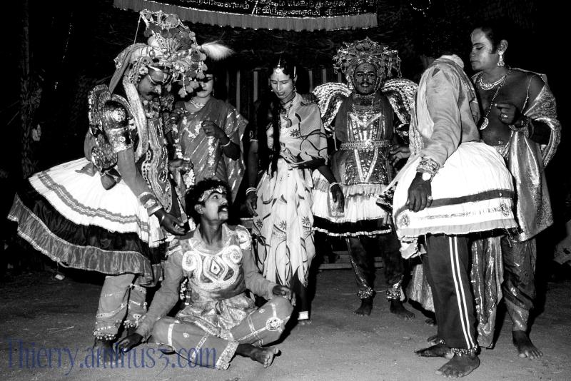 la troupe d'Adiparashakti Nataka