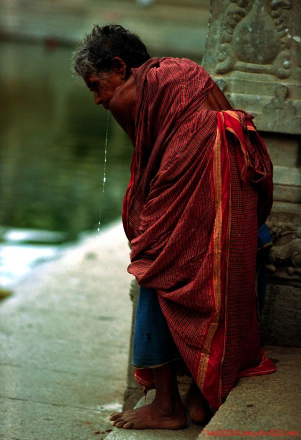 dans l'enceinte du temple, refuge de vieillards