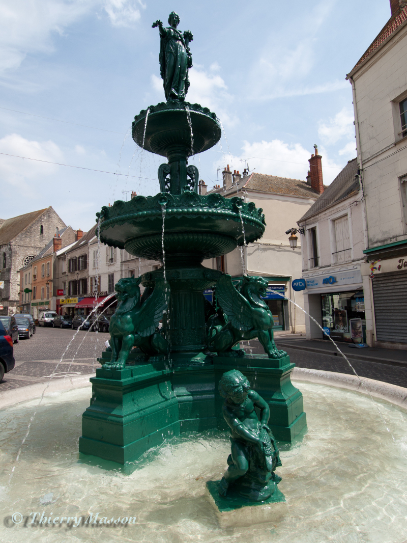 Fontaine Hugo : Place Notre-Dame, Étampes,