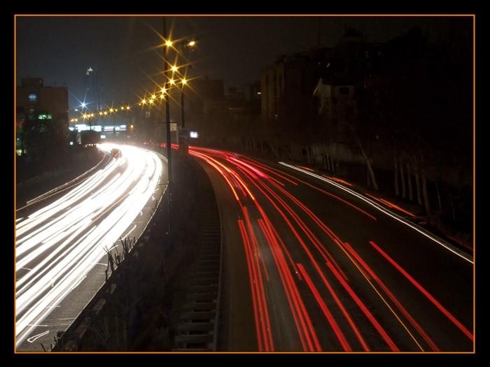 عکسی از خودروهای عبوری در شب