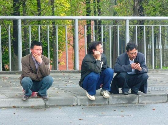 Gente esperando el cambio de semáforo.