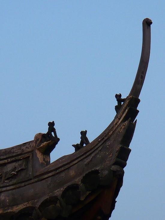 Pequeñas figuras sobre techos.