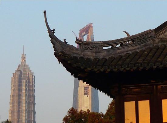 Yu Yuan Garden y de fondo el Jin Mao Building.