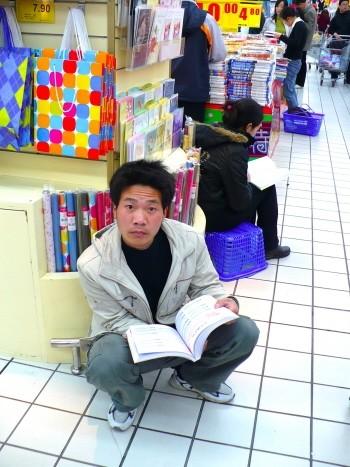 Leyendo en el supermercado.