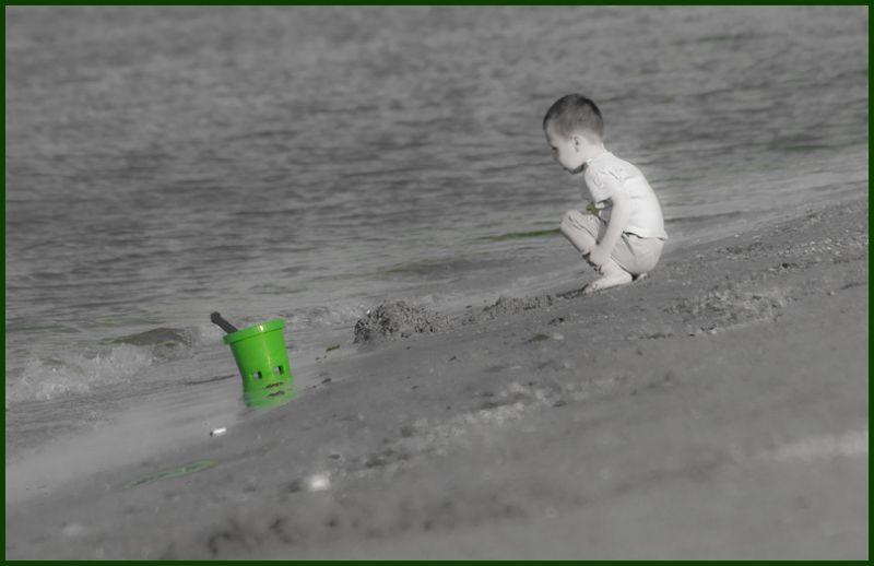sur la plage: le seau vert