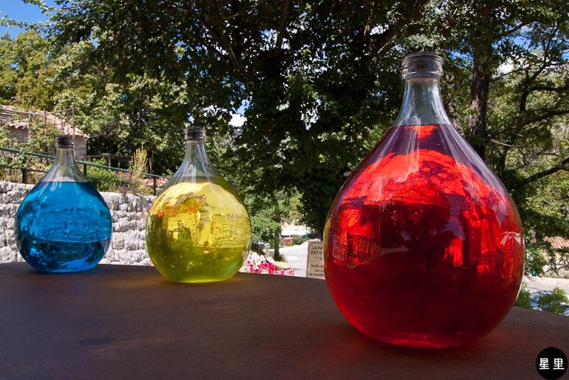 Gourdon, bottles of perfume