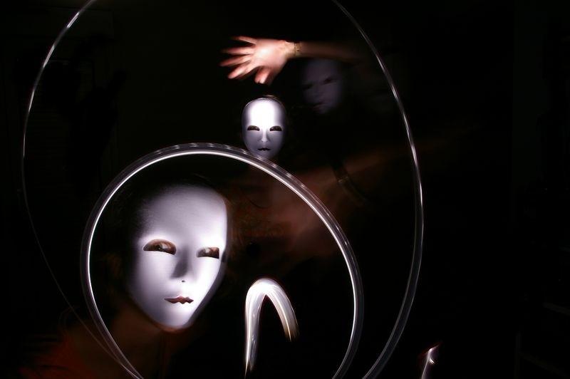 Autoportrait au masque, sauce lampe torche