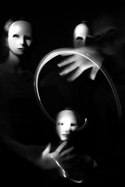 Autoportrait schizophrene à la lampe torche