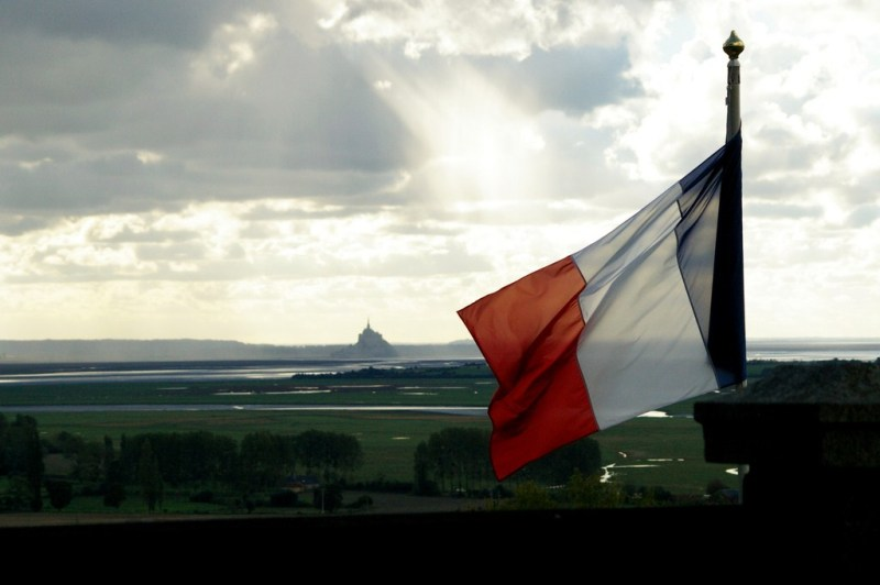 mont saint michel normandie drapeau français