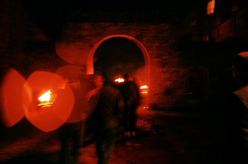 La nuit, les torches