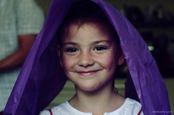 Petite fille et papier de soie