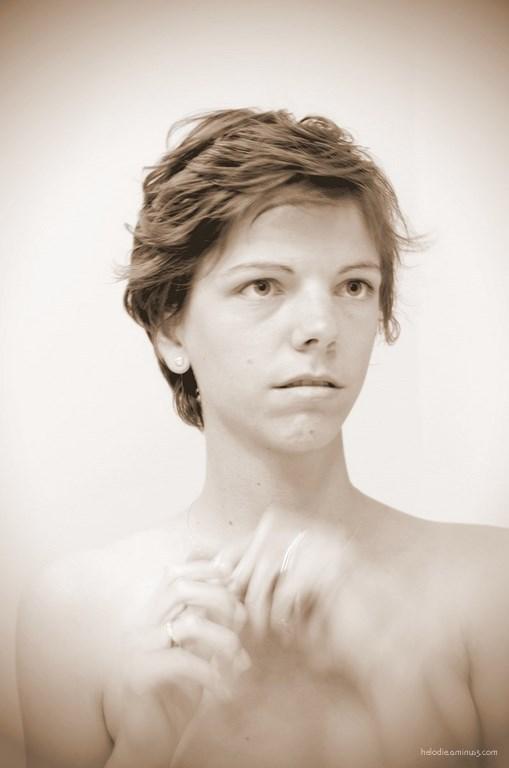 Autoportrait aux mains suspendues