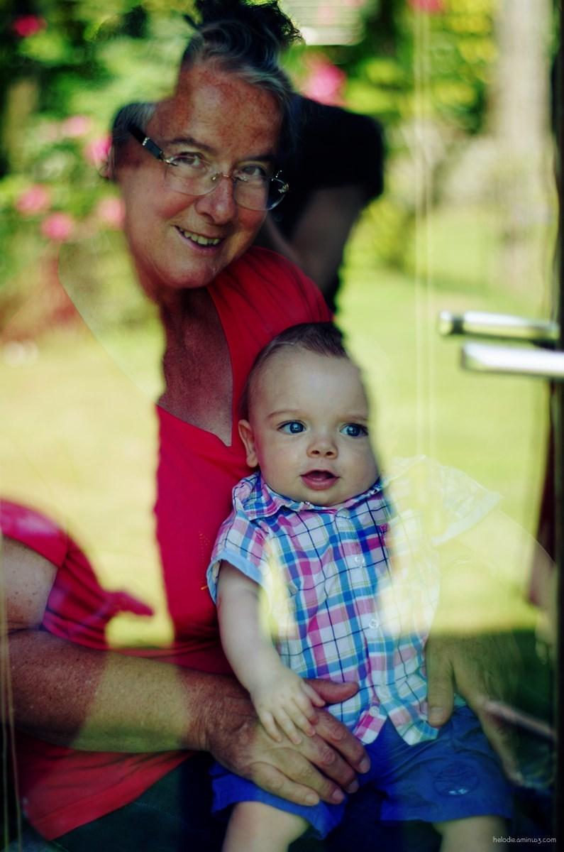 Autoportrait au petit chat et sa grand-mère