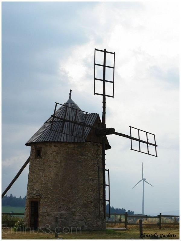 le moulin de Pargeat et son éolienne