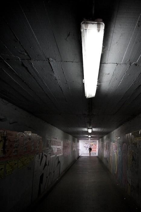 Una silueta al final de un túnel