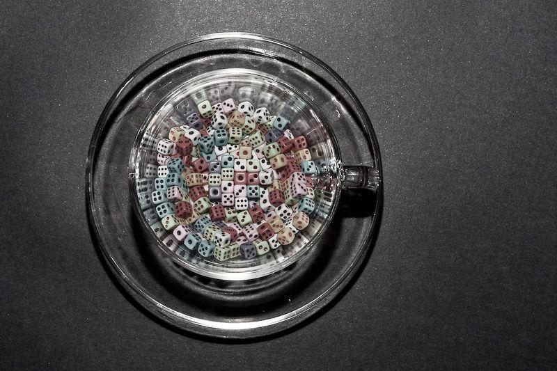 Dados en una taza de cristal