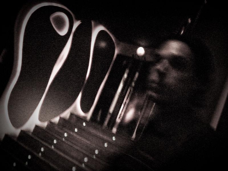 Raúl junto a la escalera de un bar