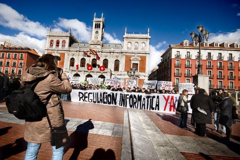 Pancarta de informática en la Plaza Mayor de Valla