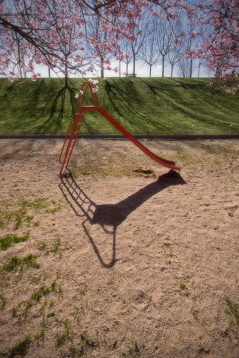 Tobogán en un parque en primavera