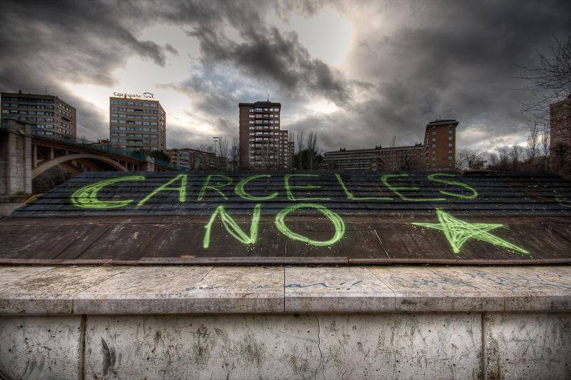 Pintada en contra de las cárceles, en un tejado