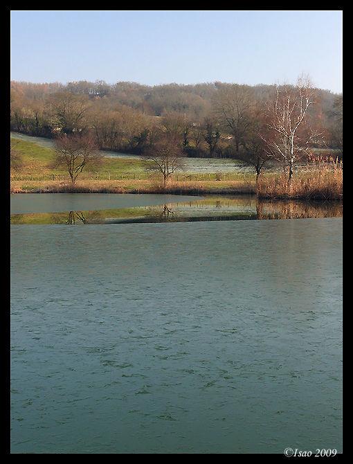 Reflets sur l'étang gelé