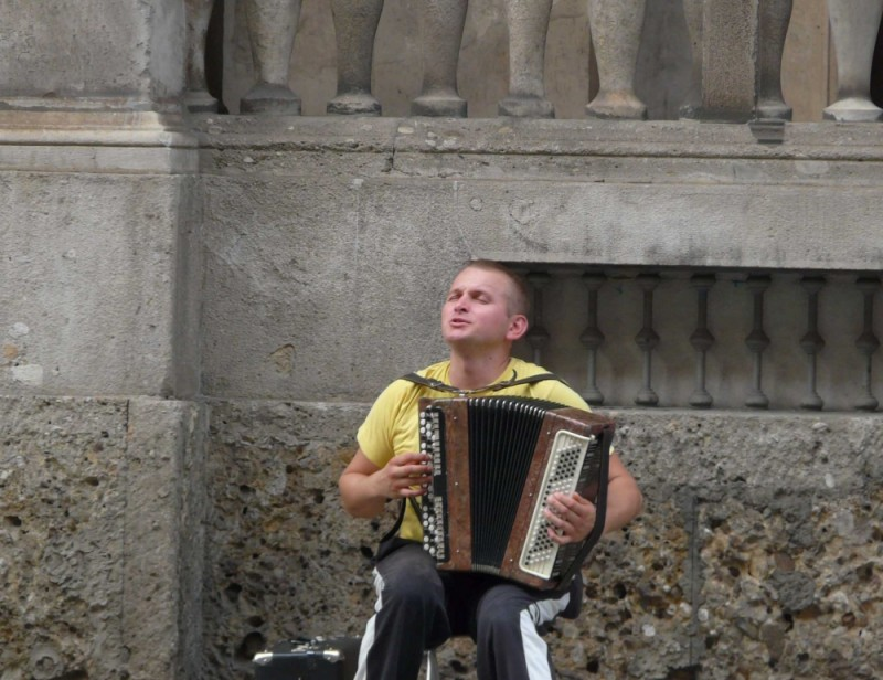 man singing in milano duomo area