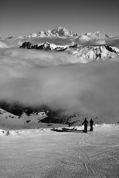 Skieurs contemplant le Mont Blanc