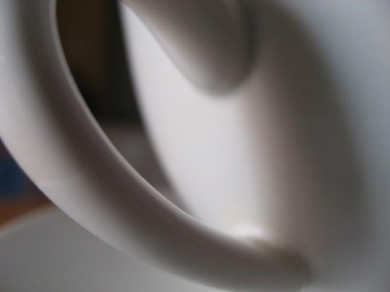 J'aime mon café noir dans une tasse blanche