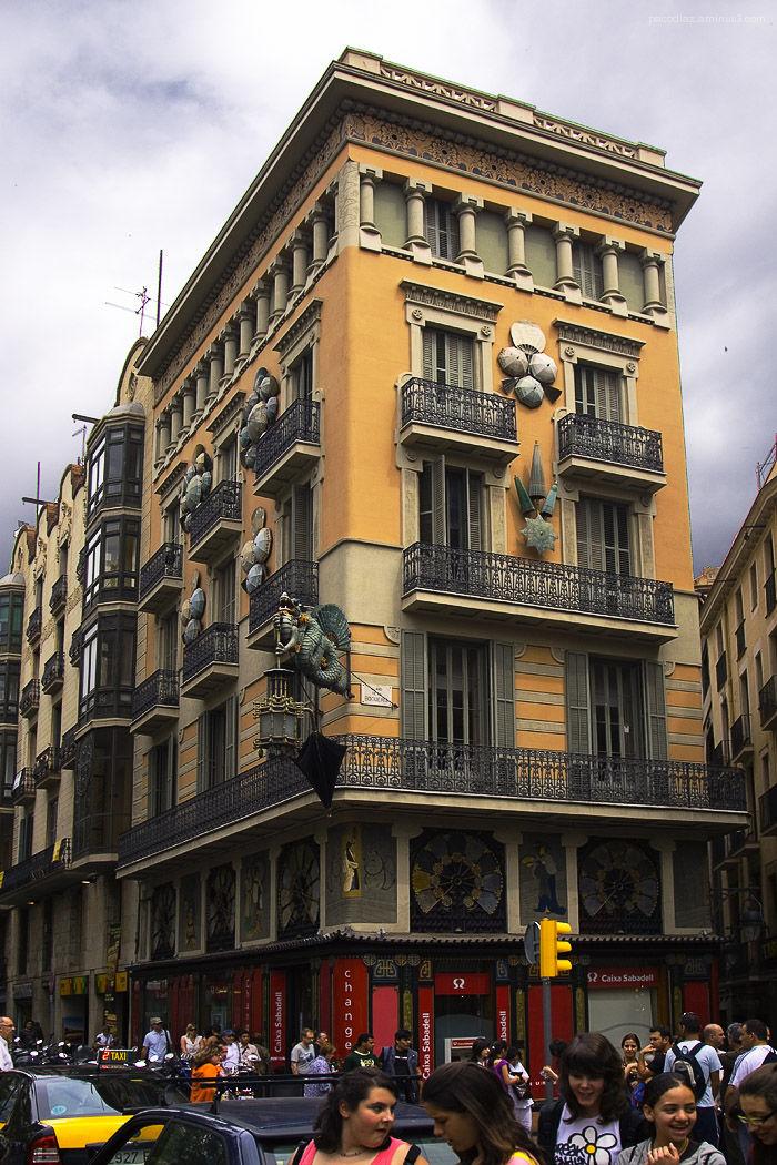 Barcelona, La Rambla. Casa de las sombrillas