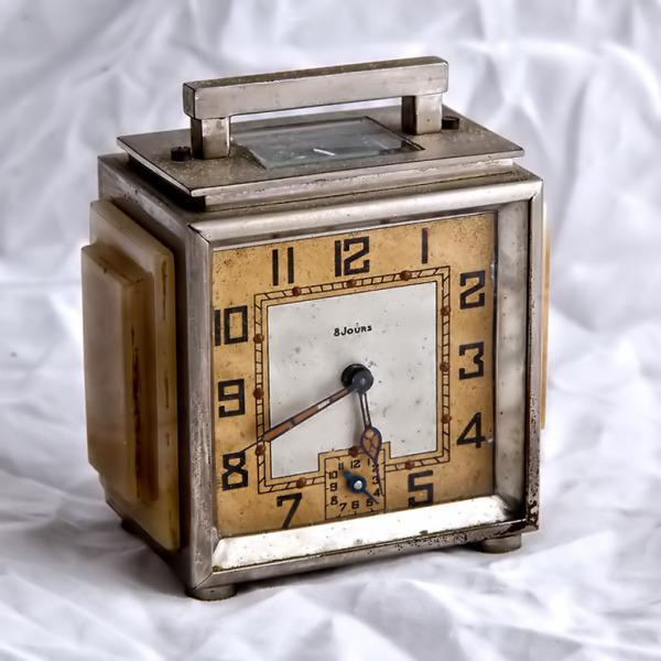 Reloj modernista