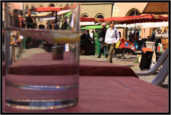 Marché de Bienne à travers un verre d'eau