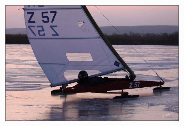 Naviguer dans des couleurs chaudes sur un lac gelé