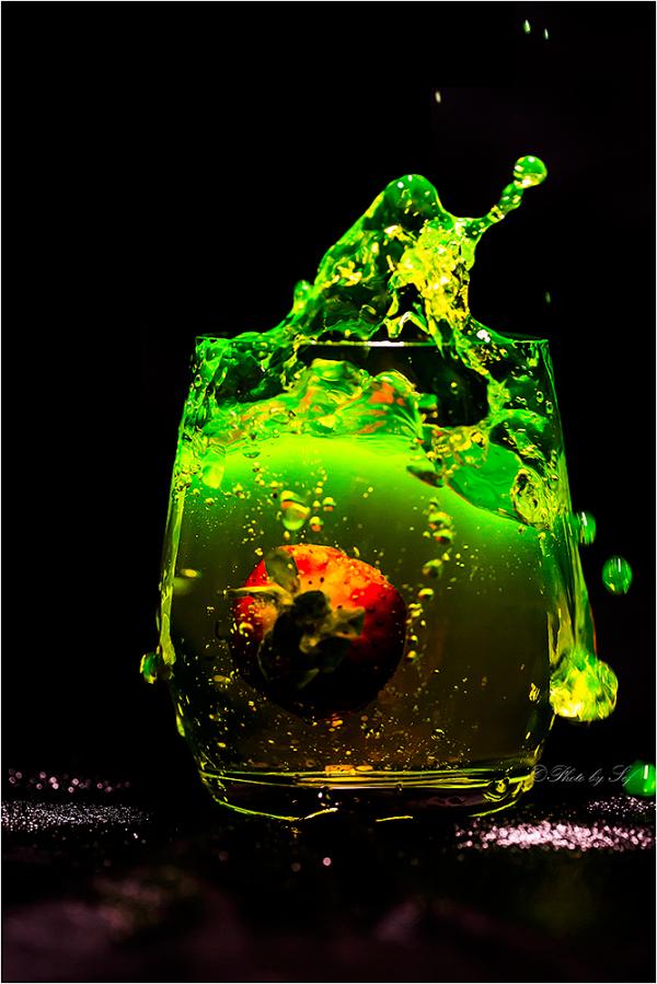 Une fraise tombe à l'eau