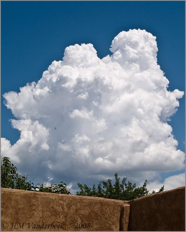 Monster thunderhead preceeds thunderstorm.