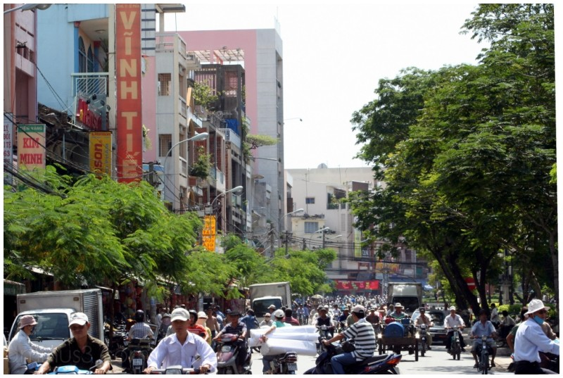 Chaotic street scene near Cholon