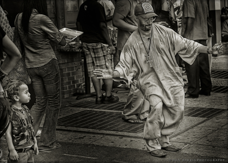 streetphotography WashingtonDC AdamsMorgan Dancing