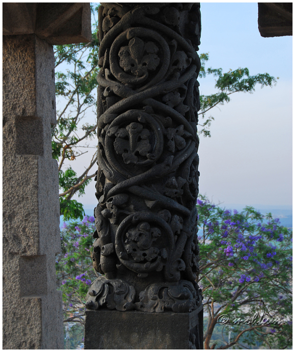 The artwork on the stone pillar!